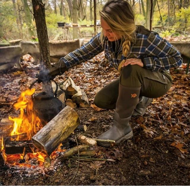 woodwalker-Lady-campfire